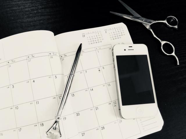 スマートフォンとカレンダーで予約するイメージ